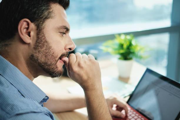 Angstlos Geschäftsmann Biting Nails arbeiten mit Laptop-Computer im Büro – Foto