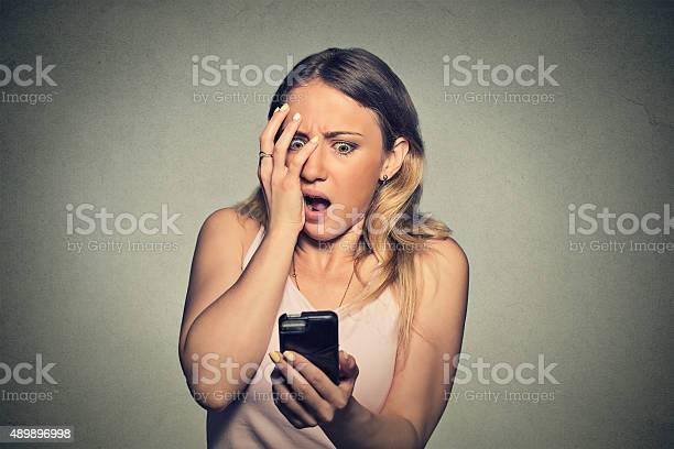 Ansiosa Asustada Joven Mirando A Un Teléfono Ver Malas Noticias Foto de stock y más banco de imágenes de 2015