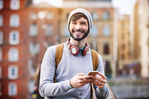 todo es posible en la ciudad - un solo hombre joven fotografías e imágenes de stock