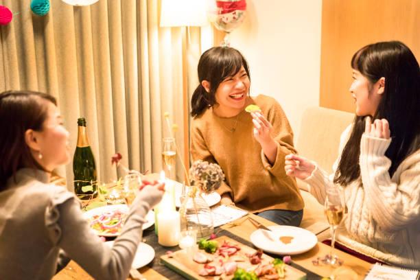 日本の女の子のクリスマス ディナー パーティーを楽しんで ストックフォト
