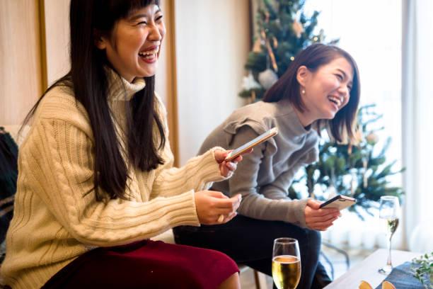 apanese mädchen eine weihnachtsfeier zu hause genießen - weihnachten japan stock-fotos und bilder