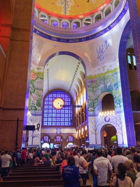 Aparecida, São Paulo, Brasil, peregrinos na Basílica de nossa Senhora Aparecida. - foto de acervo