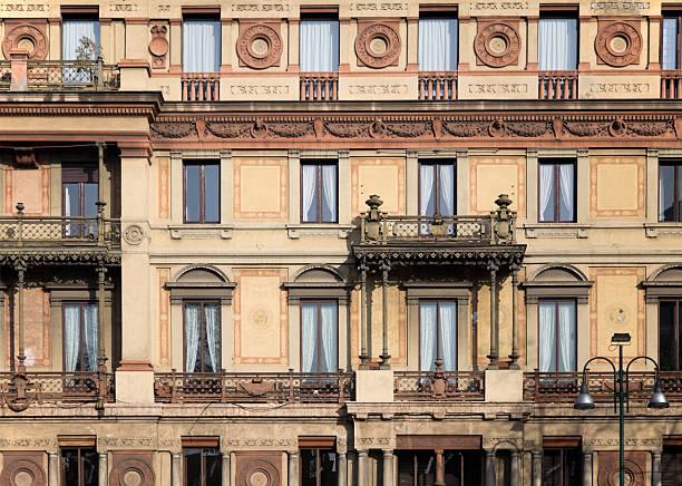 appartement block, mailand, italien-leuchtkasten unter mehr architektonische außenansicht - hotel mailand stock-fotos und bilder