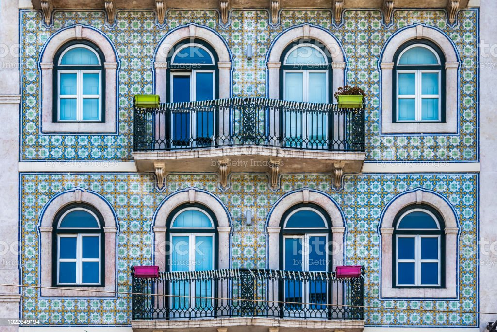 Apartment building facade in Lisbon - fotografia de stock