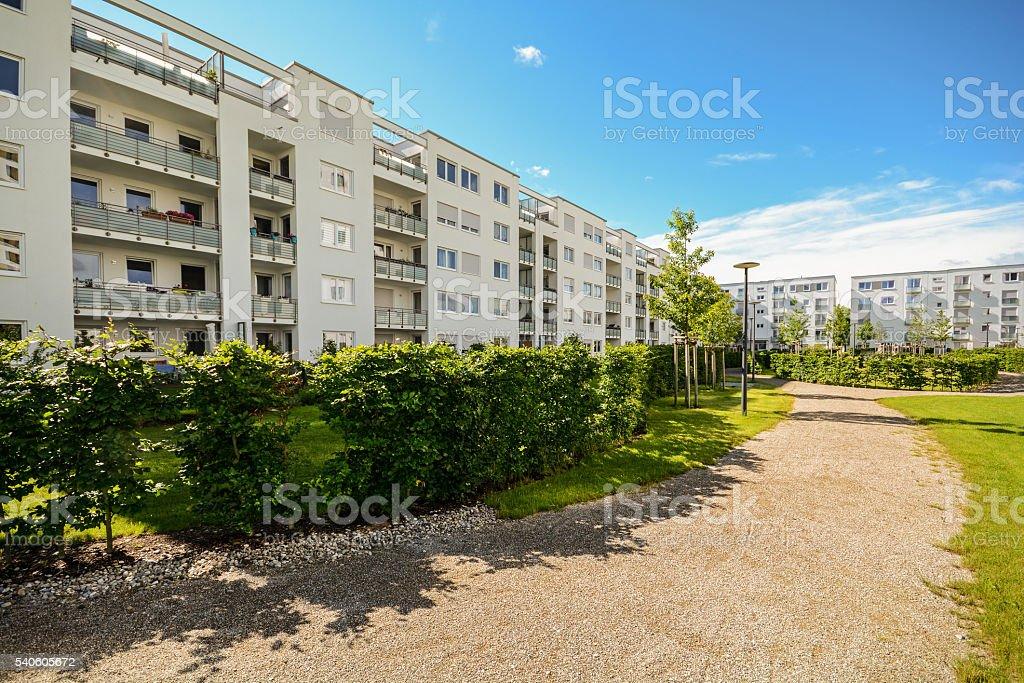 Apartment-Gebäude, das im der Stadt, Fassade neue Wohnung Häuser – Foto