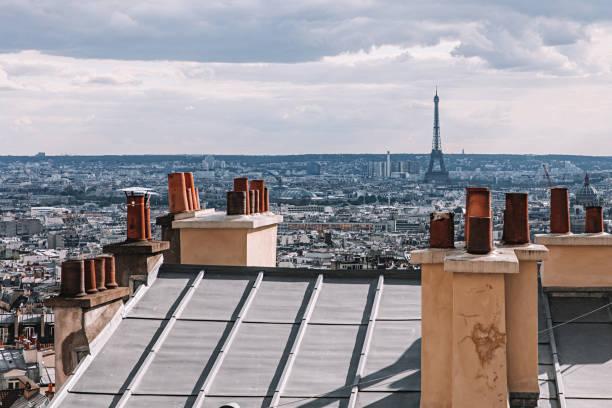 hyreshus hustak skorstenar i paris, frankrike - montmatre utsikt bildbanksfoton och bilder