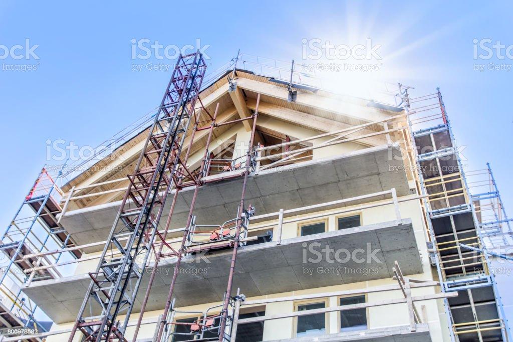 Lägenhet byggnad under uppförande sett nerifrån bildbanksfoto