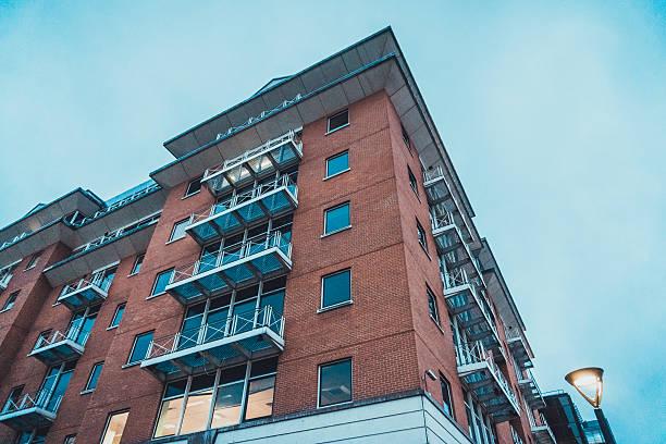 Immeuble d'appartements avec balcons dans la soirée - Photo