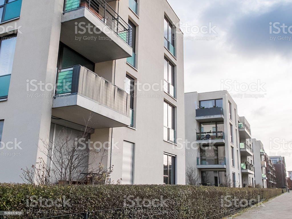 Apartment-Gebäude, umgeben von Hedge – Foto
