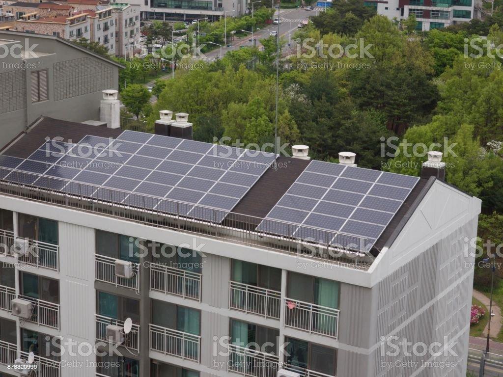 Apartamento en Corea del sur con paneles solares - Foto de stock de Aparato de producción de energía libre de derechos