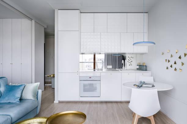 wohnung interieur mit küchenzeile - kleiner couchtisch stock-fotos und bilder