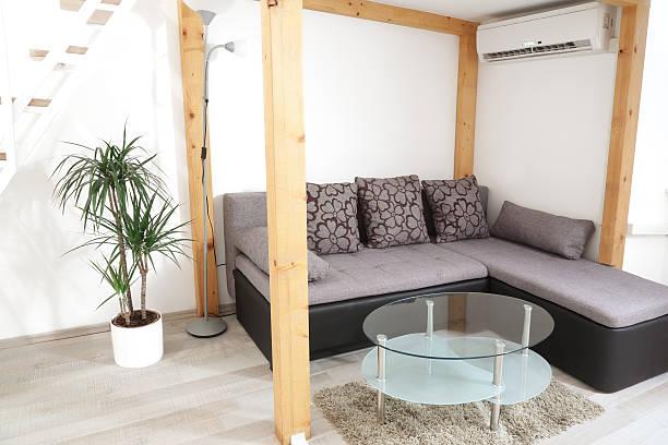 apartment wohnzimmer - dekoration rund um den fernseher stock-fotos und bilder
