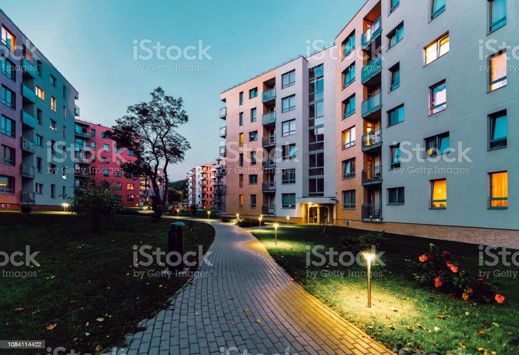 Appartement moderne abrite les soirée en plein air de maisons bâtiments résidentiels immobilière photo libre de droits