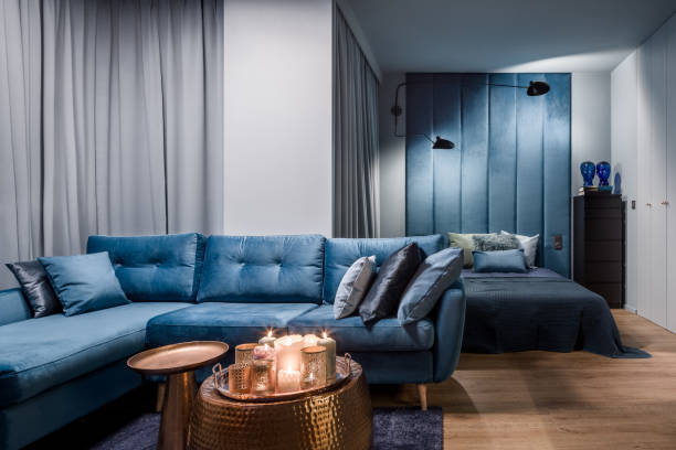wohnung mit offenem schlafzimmer - marineblau schlafzimmer stock-fotos und bilder