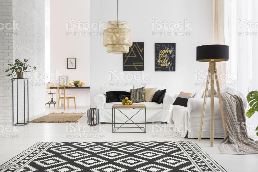 Apartamento con pared de ladrillo blanco - foto de stock