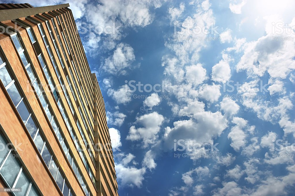 Appartamenti edificio e cielo nuvoloso foto stock royalty-free