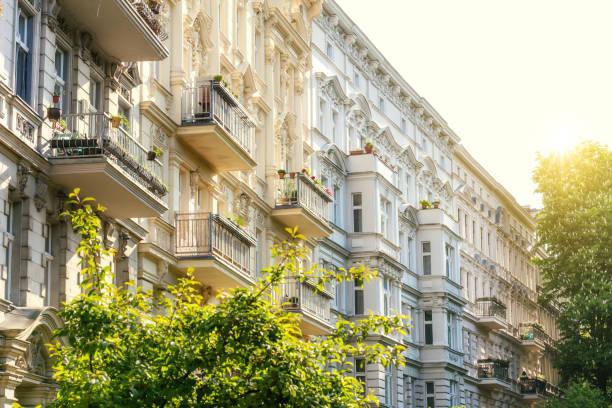 ferienwohnungen in berlin-kreuzberg - deutsche bäume stock-fotos und bilder