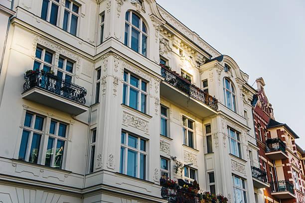 apartments in berlin - altbauten stock-fotos und bilder