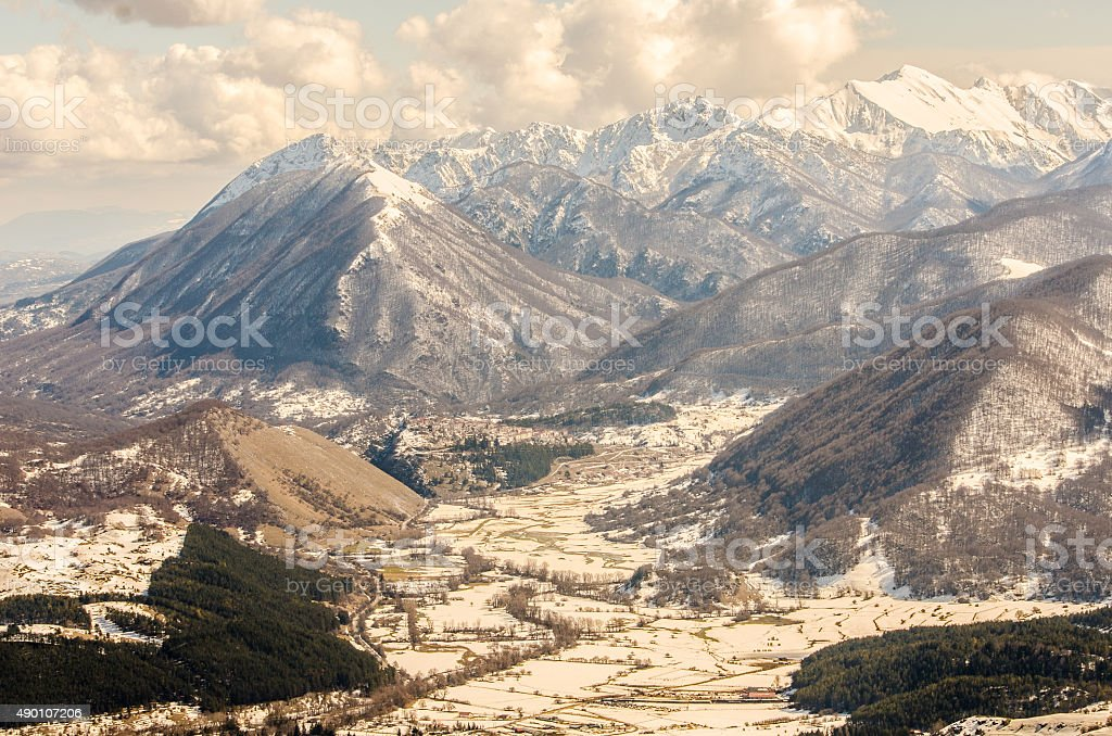 Apeninos, Abruzzo, y la nieve de invierno - foto de stock