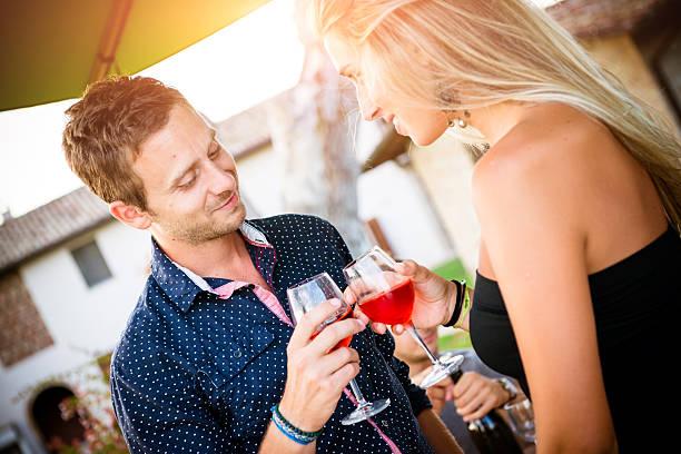 Aperitif-Cocktail, Teenager Paar beim Anstoßen – Foto