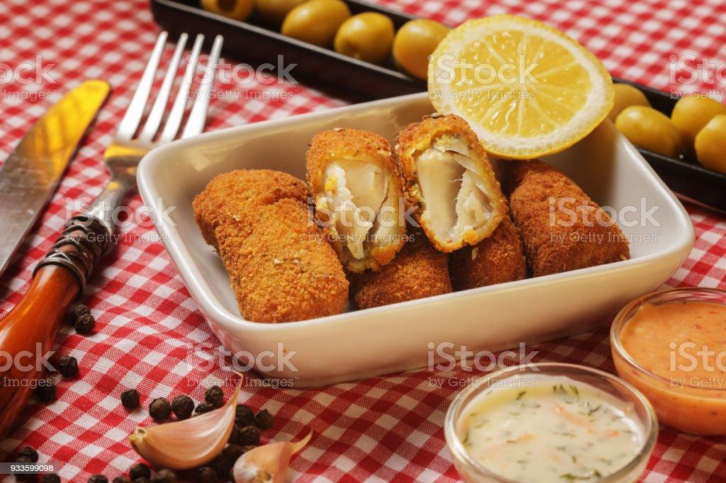 Aperitivo, Nuggets e croquetes de peixe badejo - foto de acervo
