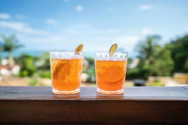 aperol kokteyl içki - kokteyl i̇çki stok fotoğraflar ve resimler