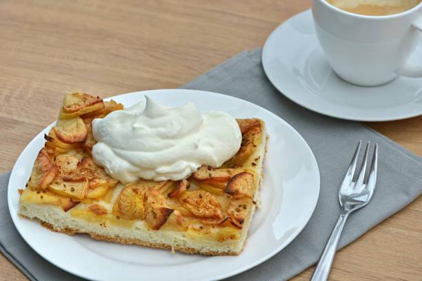 apfelkuchen mit schlagsahne - tarte und törtchen stock-fotos und bilder
