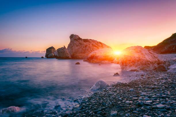 Aphrodite es Rock Strand, Petra tou Romiou, der Geburtsort der Göttin Aphrodite, Paphos, Zypern. Erstaunliche Sonnenuntergang-Salandschaft – Foto