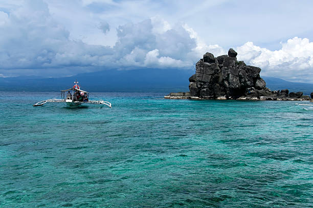 apo island dive boat philippines sea  apothegm stock pictures, royalty-free photos & images