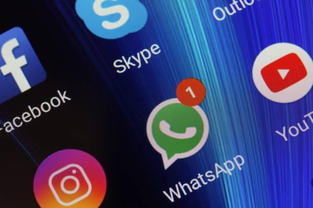ikony aplikacji whatsapp, youtube, instagram, facebook i skype na ekranie smartfona xiaomi - whatsapp zdjęcia i obrazy z banku zdjęć