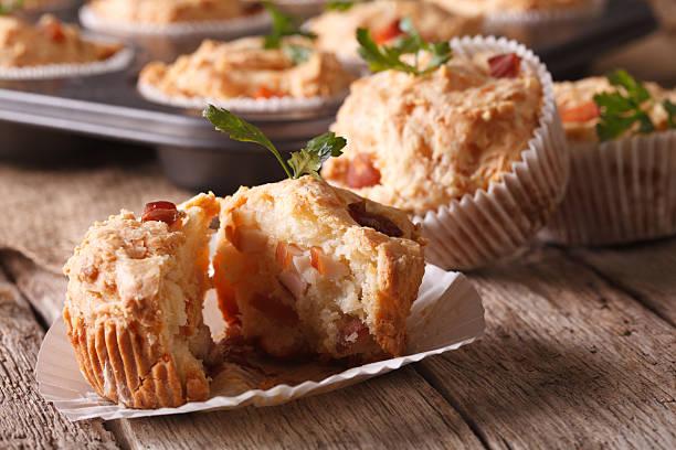 vorspeise muffins mit schinken und käse close-up. horizontal - käsemuffins stock-fotos und bilder