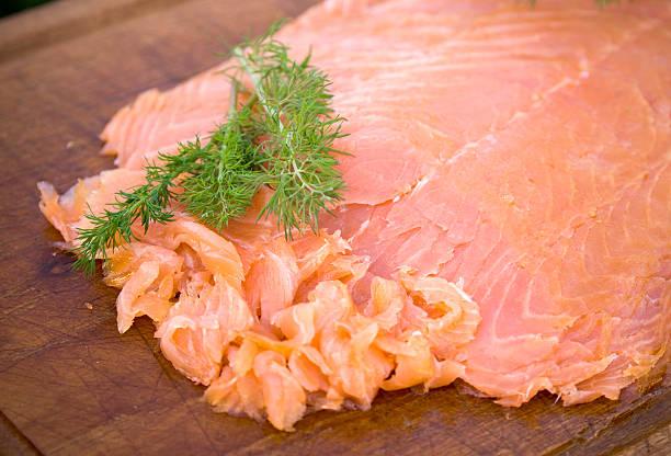 appetithäppchen mit geräuchertem lachs, meeresfrüchte-fischfilet - orangenscheiben trocknen stock-fotos und bilder