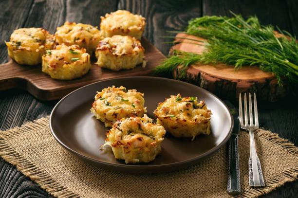vorspeise - kartoffel-muffins mit hühnerfleisch und käse. - käsemuffins stock-fotos und bilder