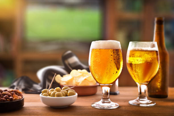 appetizer table and tv background to watch match with friends - , beer foto e immagini stock