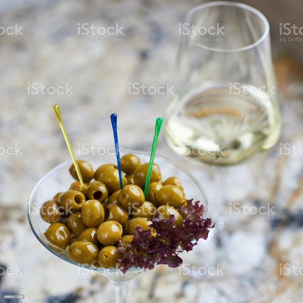 Apéritif. Savoureuses olives en verre photo libre de droits