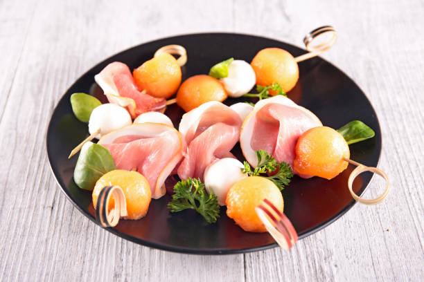 kavun, mozzarella ve prosciutto jambon ile meze - parma jambonu stok fotoğraflar ve resimler