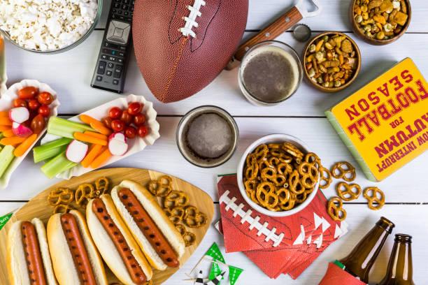 appetithäppchen im tisch - essen vom buffet stock-fotos und bilder