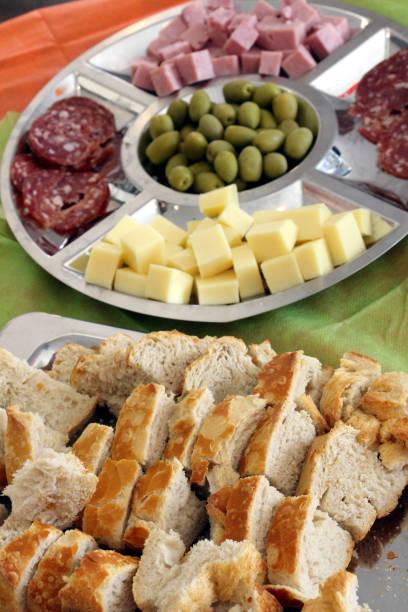 appetithäppchen - salami vorspeise stock-fotos und bilder