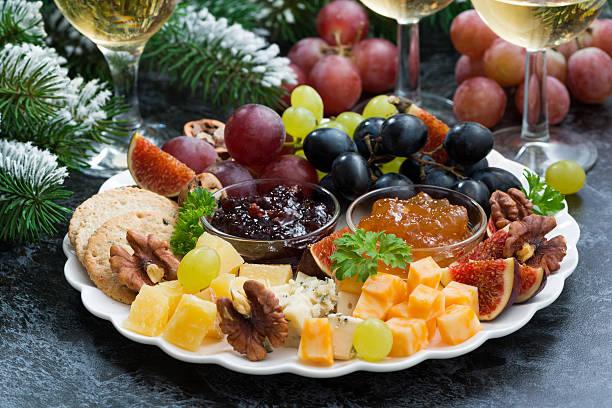 appetithäppchen im urlaub-käse, obst und konfitüren - aufstrich weihnachten stock-fotos und bilder