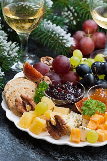 appetithäppchen im urlaub-käse, obst und marmeladen, vertikal - aufstrich weihnachten stock-fotos und bilder