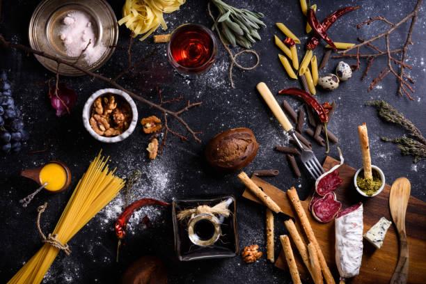 appetizersalami und pasta. italienische küche zutaten. ansicht von oben. - pasta deli stock-fotos und bilder