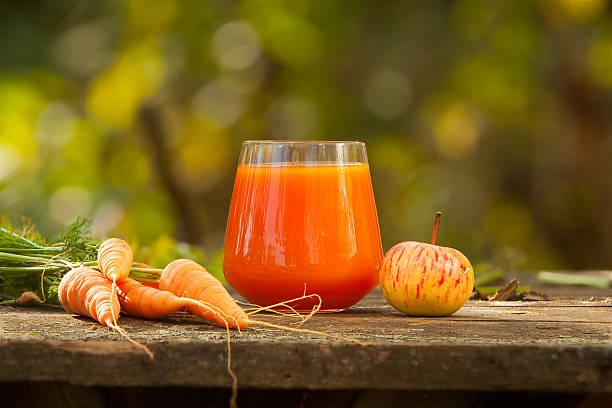 appetizing juice from carrots and apples - meyve ve sebze suyu soğuk i̇çecek stok fotoğraflar ve resimler