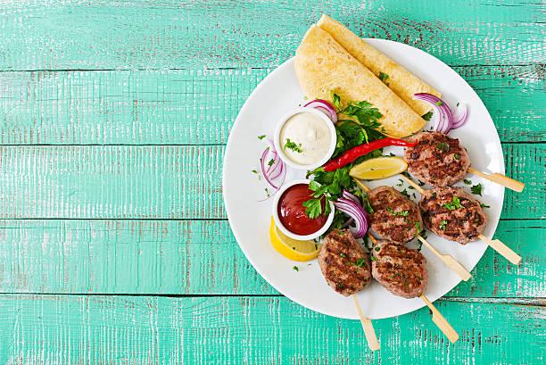 appetizing kofta kebab (meatballs) with sauce and tortillas tacos - weißes lamm stock-fotos und bilder