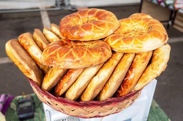 Appetitliche uzbek eunterte Fladenbrote aus dem Tandir – Foto
