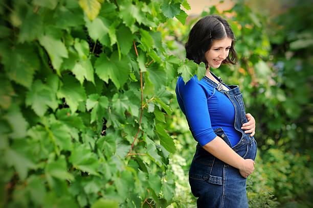 нappiness schöne schwangere junge frau - latzhose für schwangere stock-fotos und bilder