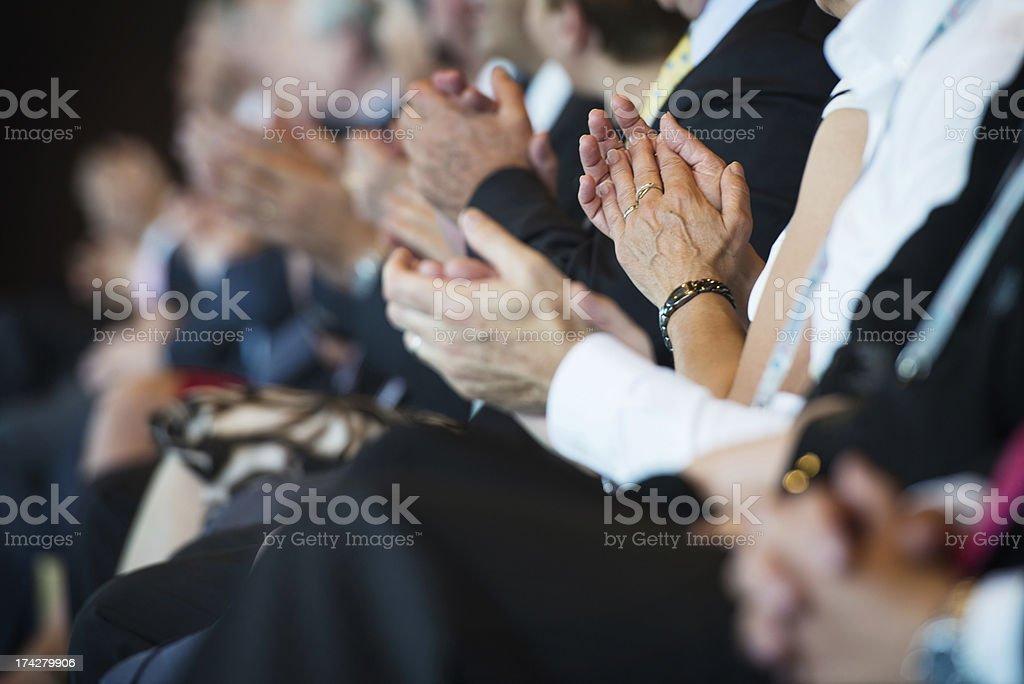 Applaudieren Geschäftsleute in einer Reihe – Foto