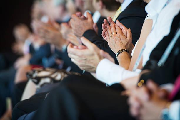 Aplaudindo de empresários em uma fileira - foto de acervo