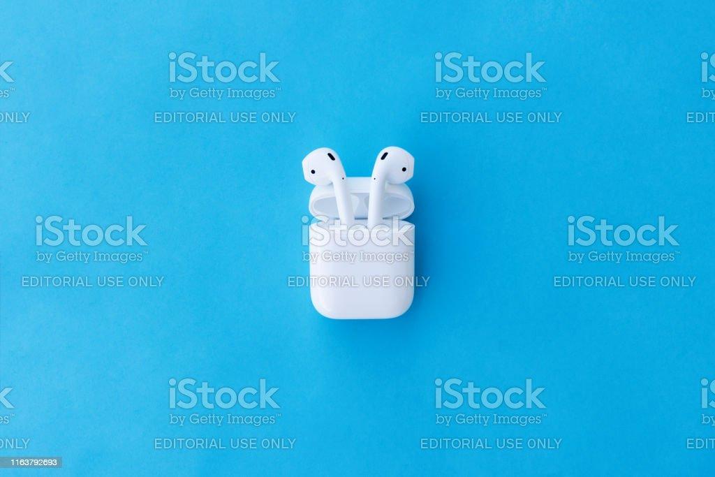 Apple AirPods drahtlose Bluetooth-Kopfhörer und Ladetasche für Apple iPhone. Neue Apple Earpods Airpods in Box. - Lizenzfrei Apple Airpod Stock-Foto