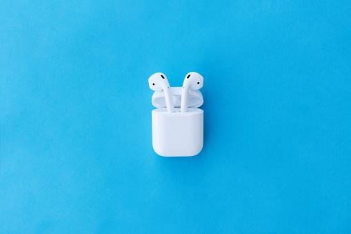 Apple Airpods Drahtlose Bluetoothkopfhörer Und Ladetasche Für Apple Iphone Neue Apple Earpods Airpods In Box Stockfoto und mehr Bilder von Apple Airpod