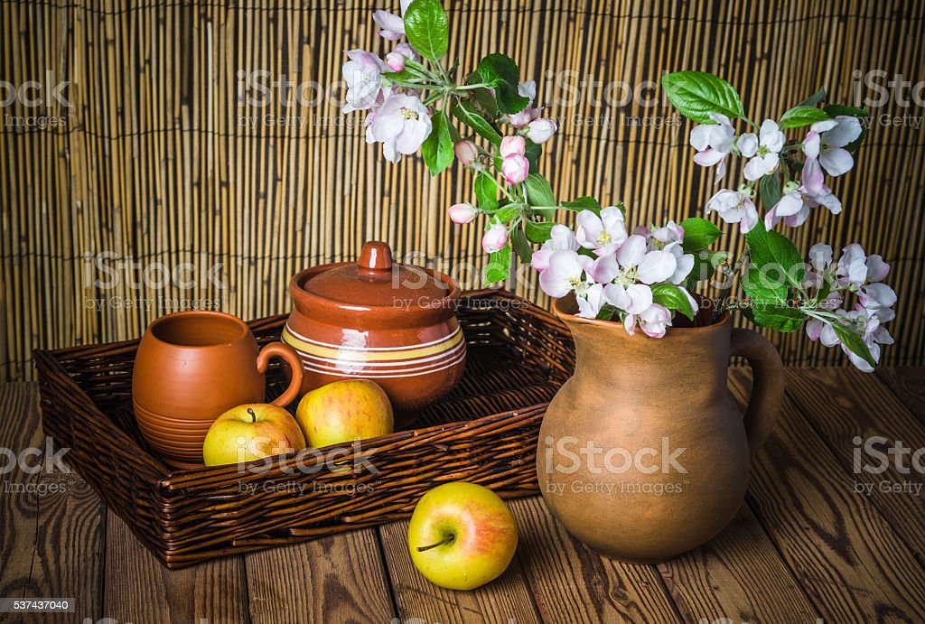 apfel und blühende Zweige einen Apfel-Baum in der clay Einmachglas – Foto